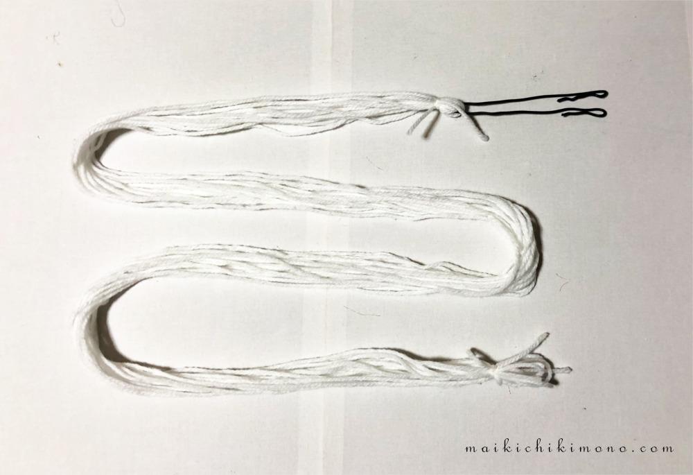 毛糸をピンに通したところ
