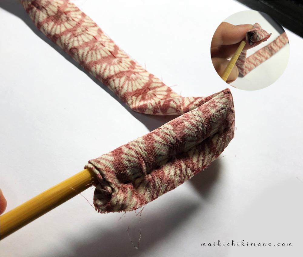 菜箸で生地の先端を押し込む